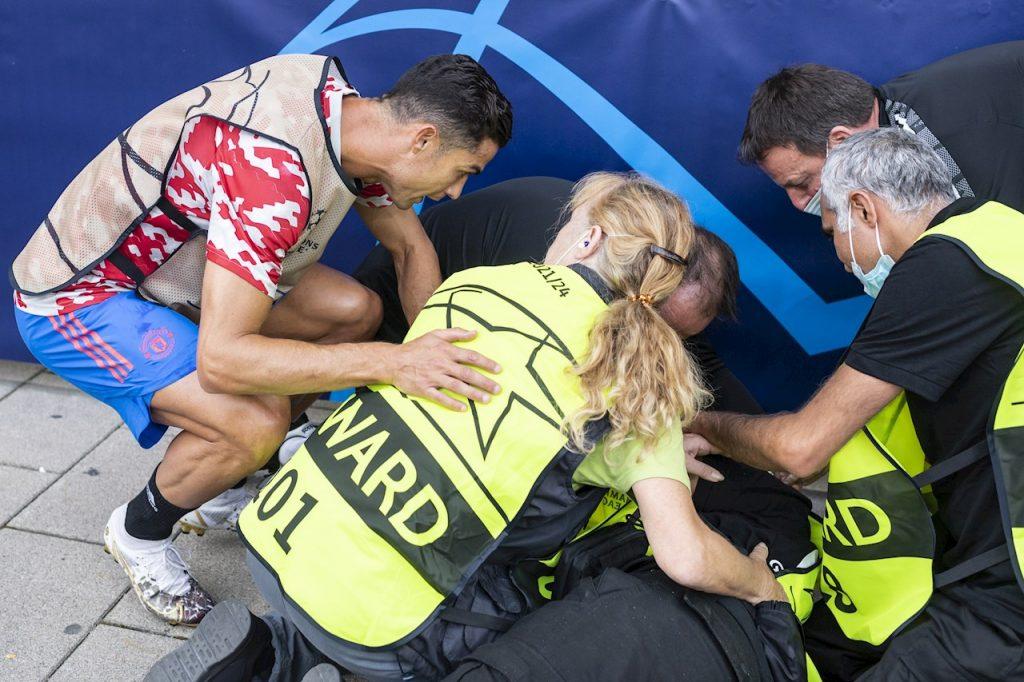 Cristiano se acercó a preguntar por la salud de la guardia a la que golpeó accidentalmente. (Foto: EFE).