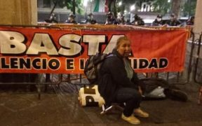 Buscadoras de desaparecidos acusan a policías de desalojarlas violentamente del Zócalo