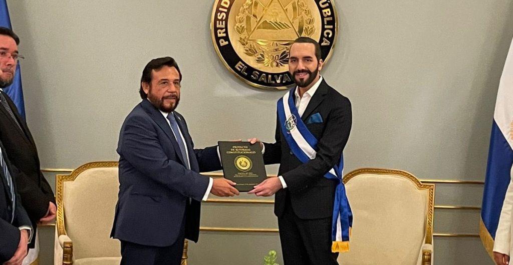 El Salvador busca modificar Constitución para ampliar periodo presidencial, incluir revocación de mandato y cambiar tribunal electoral