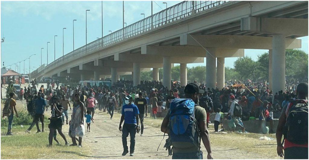 EU cierra puente fronterizo de Texas por el cruce masivo de migrantes