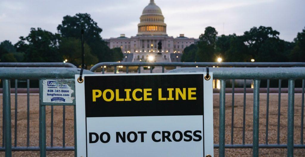 Policía de DC blinda Capitolio ante manifestación en apoyo al asalto del 6 de enero