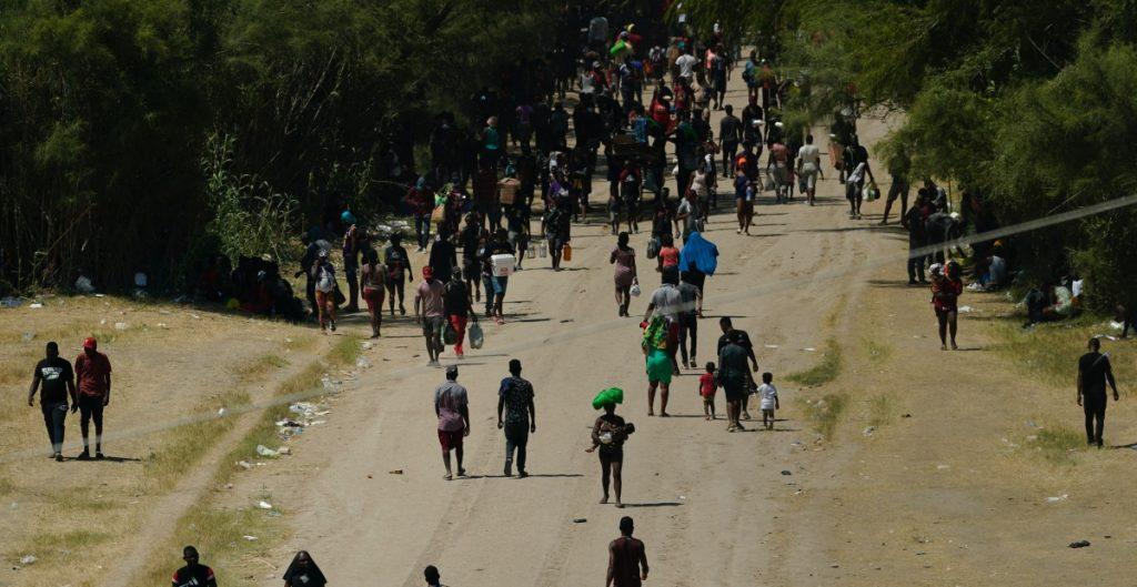 EU planea deportar a miles de migrantes haitianos varados en Texas