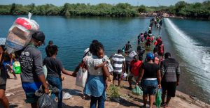 EU comienza a deportar a haitianos retenidos en puente fronterizo de Texas