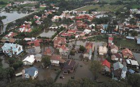 Fuertes lluvias desbordan presa en Tequisquiapan, Querétaro; autoridades desalojan a cientos de familias
