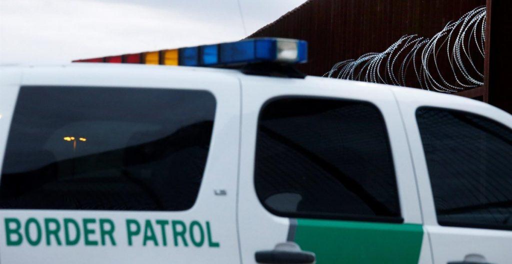 Hallan a migrantes hacinados desde hace un mes en hotel de frontera en Texas