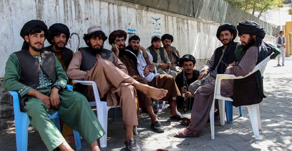 """Talibanes conforman un gobierno """"inclusivo"""" sin mujeres en puestos públicos"""