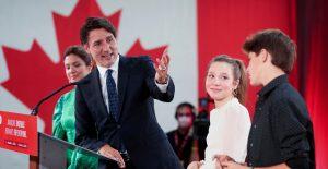 """Biden felicita a Trudeau por su victoria electoral y destaca """"fuerte amistad"""" bilateral"""