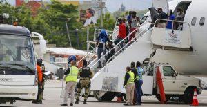 Haitianos deportados se enfrentan a autoridades de su país tras ser expulsados de EU