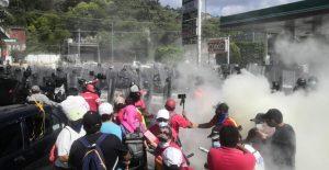 Policía de Guerrero desaloja con violencia a burócratas de Chilpancingo que exigían pago de salarios