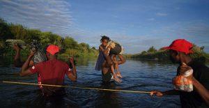WhatsApp, Facebook y Youtube: las redes sociales guían a migrantes haitianos a Texas