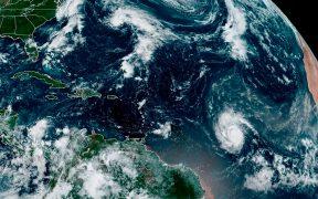 """Tormenta """"Sam"""" evoluciona rápidamente en el Atlántico a huracán categoría 1"""