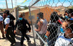 Rescatan a 42 migrantes centroamericanos encerrados en una casa de Los Reyes la Paz, Edomex