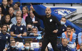 Guardiola da indicaciones en el juego ante Chelsea. (Foto: EFE).