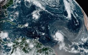 """""""Sam"""" se convierte en huracán categoría 3 en medio del Atlántico"""