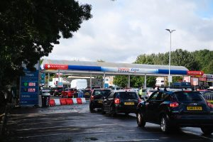 Compras de pánico provocan desabasto de gasolina en ciudades de Reino Unido