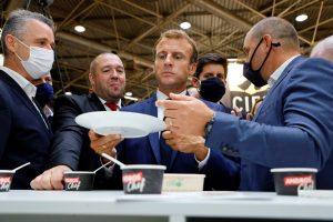 Lanzan huevo al presidente Emmanuel Macron durante una visita en Lyon