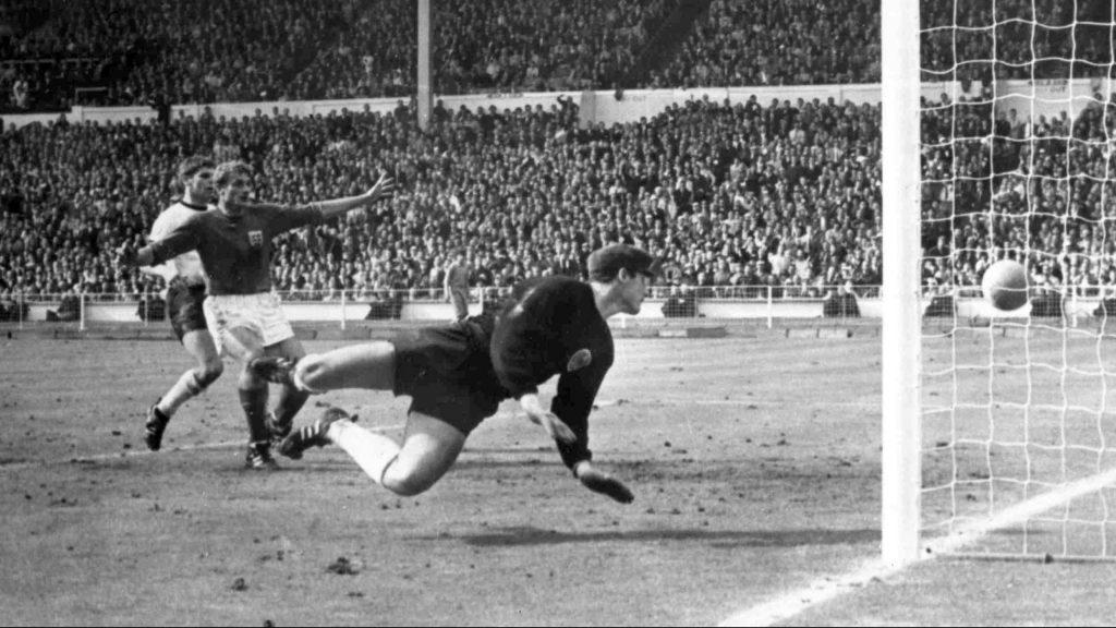 Hunt, al centro, observa el polémico gol de Hurst en la Final del Mundial de 1966. (Foto: AP).