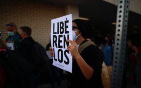 Juez ordena poner en libertad a más de 200 migrantes detenidos por el estado de Texas