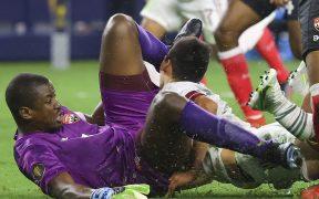 Así fue choque del rostro de Lozano con la rodilla del portero de Trinidad y Tobago. (Foto: Reuters).