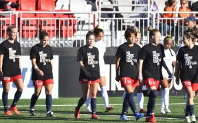 Jugadoras del Spirit de Washington usan playeras para protestar contra el acoso. (Foto: Reuters).