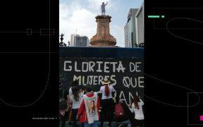 """Mujeres y familiares de víctimas de feminicidio vuelven a intervenir la antimonumenta """"Mujeres que Luchan"""" en CDMX"""