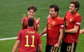 Ferran Torres festeja uno de sus dos goles con sus compañeros. (Foto: Reuters).
