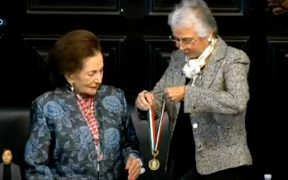 """Senadores entregan la medalla """"Belisario Domínguez"""" a Ifigenia Martínez"""