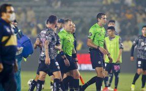 Layún intentó encarar al árbitro asistente que lo insultó. (Foto: Mexsport).