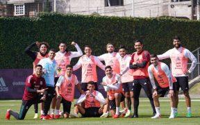 Los jugadores de la Selección Mexicana posan tras el entrenamiento. (Foto: miseleccionEN).