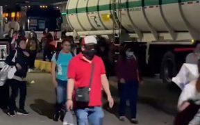 Bloqueo de gaseros en la México-Pachuca obliga a las personas a caminar a sus casas