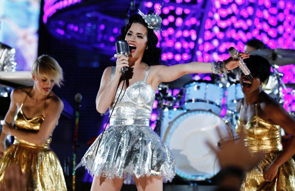 Trajes de BTS y vestido de Katy Perry entran a subasta benéfica previo a los Grammy 2022