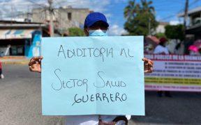 Marchan en Chilpancingo trabajadores de salud, maestros y policías para exigir pagos atrasados