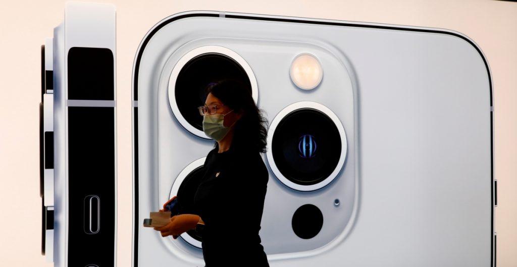 Apple se prepara para recortar producción del iPhone por crisis de chips: Bloomberg News