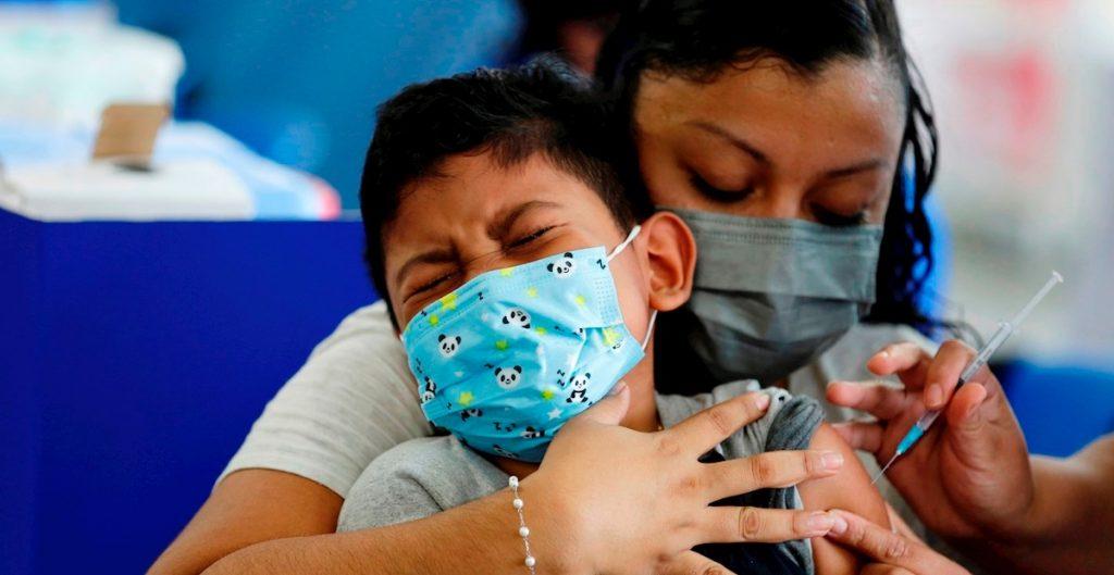 """Vacunación de adolescentes y niños no es prioritaria: OPS; """"no son los grupos mas vulnerables a Covid-19"""", dice"""