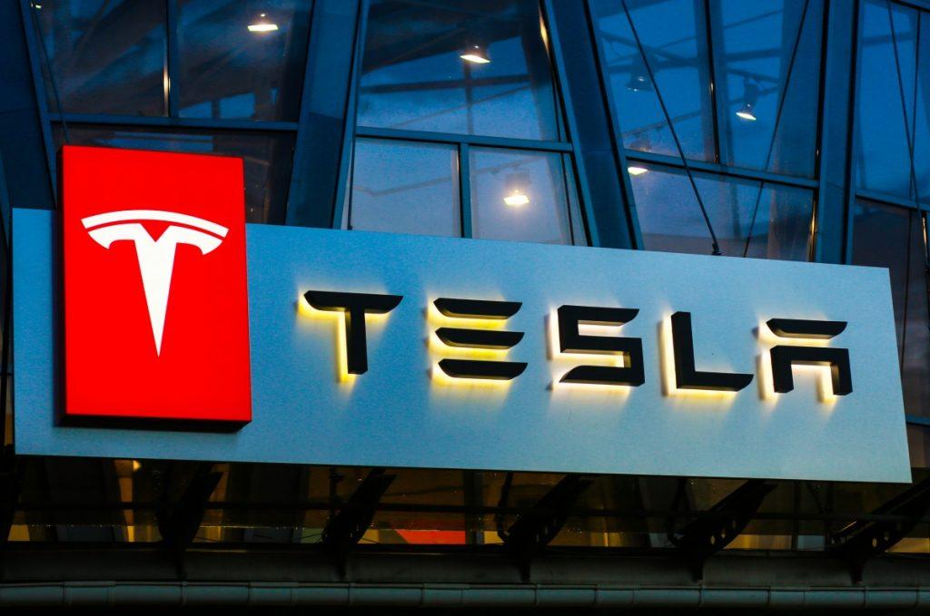 EU pide respuestas a Tesla por falta de documentos en la actualización del software Autopilot