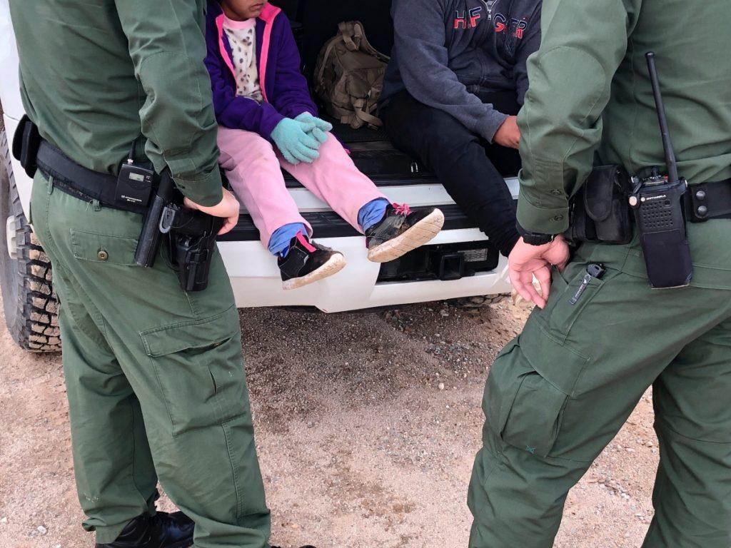 Rescatan a niña salvadoreña abandonada por traficante cerca de muro fronterizo en EU