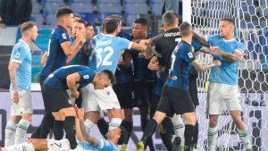 Los jugadores del Lazio reclamaron fuerte tras el segundo gol del Inter. (Foto: EFE).
