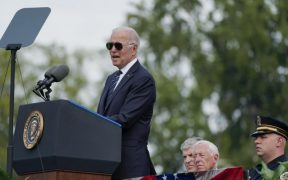 """""""Gracias a ustedes, la democracia sobrevivió"""", dice Biden en homenaje a policías en el Capitolio"""
