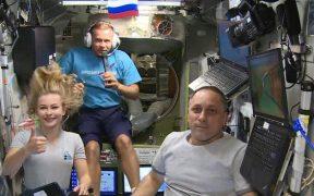 Tras filmar en el espacio, actriz, cineasta y cosmonauta rusos regresan a la Tierra