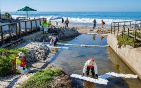 Investigan buque carguero que presuntamente causó el derrame de petróleo en costas de California