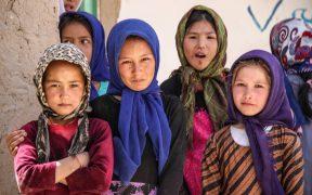 Talibanes prometen reabrir escuelas para mujeres ante la advertencia de activistas por manifestarse