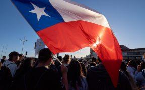 Protestantes salen a las calles de Chile en el aniversario del estallido social de 2019