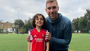 Ayn Ali, con Per Metersacker, director de la academia infantil del Arsenal. (Foto: @aynalisalman).
