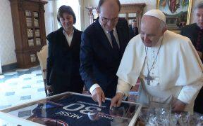 El papa Francisco recibió con agrado el regalo de Messi. (Foto: Reuters).