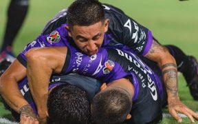 Los jugadores de Mazatlán FC celebran el 2-1, obra de Moreno. (Foto: Mexsport).