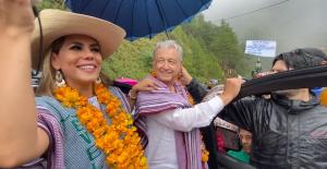 """""""Vamos a seguir sembrando vida en La Montaña"""", dice AMLO de la mano de Evelyn Salgado en Guerrero"""
