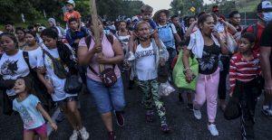 Caravana migrante se acerca a Huixtla, Chiapas, donde se reporta la presencia de elementos de la Guardia Nacional