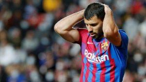 El Kun Agüero lamenta la derrota ante el Rayo. (Foto: EFE).