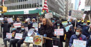Taxistas de Nueva York entran en huelga de hambre tras deudas por préstamos y competencia contra Uber